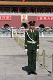 Chinesische nationale Polizei in der vollen Uniform bei Tiananm Lizenzfreies Stockfoto