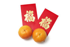Chinesische neues Jahr-rote Pakete und Mandarinen Stockfoto