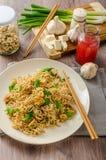 Chinesische Nudeln mit Tofu und Acajounüssen Lizenzfreie Stockfotos