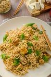 Chinesische Nudeln mit Tofu und Acajounüssen Lizenzfreie Stockfotografie