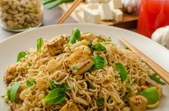 Chinesische Nudeln mit Tofu und Acajounüssen Lizenzfreies Stockfoto