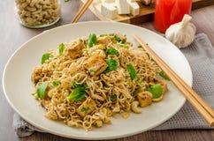 Chinesische Nudeln mit Tofu und Acajounüssen Stockfoto