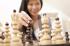 Chinesische orientalische asiatische Frau, die Schach spielt Stockfotografie