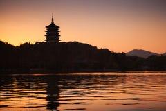 Chinesische Pagode auf orange Abendhimmelhintergrund Stockfotos
