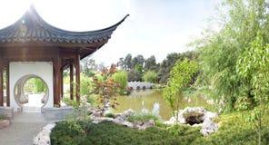 Chinesische Pagode durch einen Teich Stockfotos