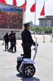 Chinesische Polizei, die Tiananmen mit segway patrouilliert Lizenzfreie Stockfotos