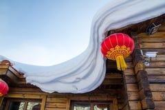 Chinesische rote Laterne mit Schnee Stockbild