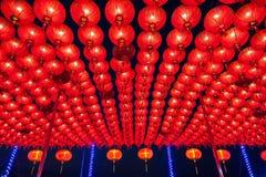 Chinesische rote Laternen, die in der Straße nachts für Dekoration während des Festivals des Chinesischen Neujahrsfests bei China Stockbilder