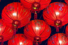 Chinesische rote Laternen, die in der Straße nachts für Dekoration während des Festivals des Chinesischen Neujahrsfests bei China Stockfoto