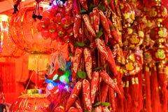 Chinesische rote Laternen und goldene Pfefferdekorationen Stockfotos