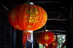 Chinesische rote Laternenlampe mit Schloss Stockfotos