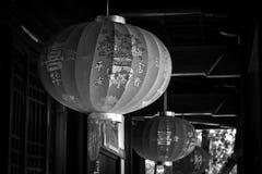 Chinesische rote Laternenlampe mit Schlossschwarzem Stockfoto