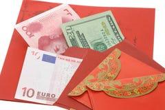 Chinesische rote Pakete des neuen Jahres und Bargeldanmerkungen Lizenzfreies Stockfoto