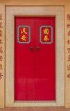 Chinesische rote Tür in einem alten chinesischen Tempel Stockfoto