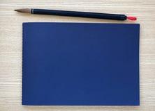 Chinesische Schreibensbürste mit blauem Notizbuch Lizenzfreie Stockbilder