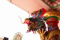 Chinesische Skulptur gemacht vom Stein verziert innerhalb des Schreinbereichs Stockfoto