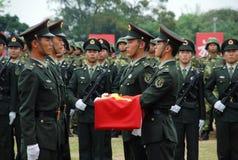 Chinesische Soldaten, welche die Flagge hissen Lizenzfreies Stockbild