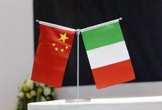 Chinesische Staatsflagge und die Flagge von Italien Stockbilder