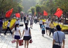 Chinesische Staatsflaggen, die auf Nationaltag wellenartig bewegen Lizenzfreies Stockbild