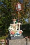 Chinesische Statue, die eine Laterne hält Lizenzfreie Stockbilder