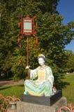 Chinesische Statue, die eine Laterne hält Stockfotos