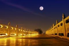 chinesische Steinbrücke mit Vollmondnacht Lizenzfreies Stockfoto