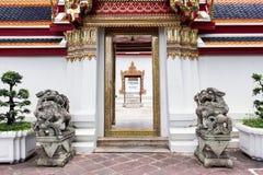 Chinesische Steinlöwestatue im touristischen attractionat bei Wat Pho Stockbilder