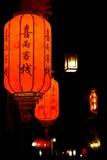 Chinesische Straße mit glühenden traditionellen Laternen nachts in Lij Stockbilder