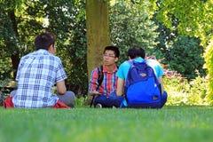 Chinesische Studenten auf dem Campus Lizenzfreie Stockfotografie