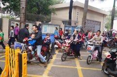 Chinesische Studenten am Mittag auf seinem Heimweg von der Schule Lizenzfreie Stockfotografie