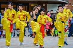 Chinesische Tänzer, die das Chinesische Neujahrsfest feiern Stockfotografie