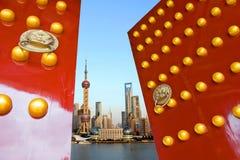 Chinesische Tür und Shanghai-Skyline Lizenzfreie Stockfotos
