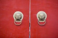 Chinesische Türweise mit Griffen und Wasserspeiern Stockbilder