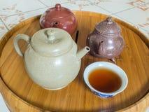 Chinesische Teekanne auf Teekannenstand Lizenzfreies Stockfoto