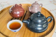 Chinesische Teekanne auf Teekannenstand Stockfotos