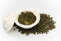 Chinesische Teekanne mit Teeblättern Stockfoto