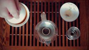 Chinesische Teezeremonie auf Teetabelle, Abschluss oben, tonte Video stock footage