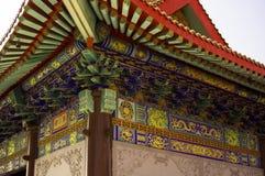 Chinesische Tempelarchitektur unter Dach Lizenzfreies Stockfoto