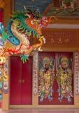 Chinesische Tempeltür mit Drachen stockbilder