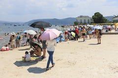 Chinesische Touristen auf einem Strand des Fuxian Sees in Yunnan, der thid tiefste See in China Es ist zwischen dem Kapital lokal Stockfoto