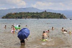 Chinesische Touristen, die im Fuxian See in Yunnan, der thid tiefste See in China schwimmen Es ist zwischen dem Kapital K lokalis Lizenzfreie Stockfotos