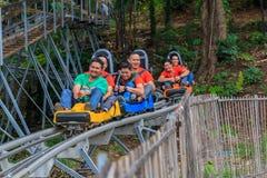 Chinesische Touristen haben Spaß im Erlebnispark am chaing mearim Stockfotos