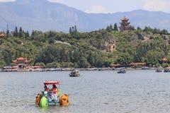 Chinesische Touristen im Fuxian See in Yunnan, der thid tiefste See in China Es ist zwischen der Hauptstadt Kunming lokalisiertes Stockbilder