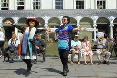 Chinesische Touristen tanzen vor Roman Bath im Bad, England lizenzfreies stockbild