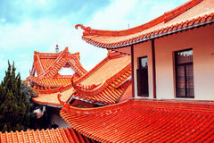 Chinesische traditionelle Dächer gegen den Himmel Stockfoto