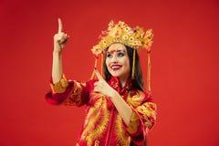 Chinesische traditionelle Frau Schönes junges Mädchen, das im nationalen Kostüm trägt lizenzfreies stockbild