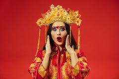 Chinesische traditionelle Frau Schönes junges Mädchen, das im nationalen Kostüm trägt lizenzfreies stockfoto