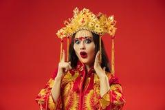 Chinesische traditionelle Frau Schönes junges Mädchen, das im nationalen Kostüm trägt lizenzfreie stockbilder
