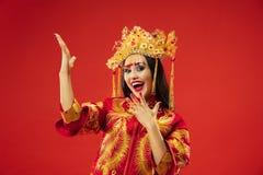 Chinesische traditionelle Frau Schönes junges Mädchen, das im nationalen Kostüm trägt stockfotografie