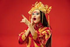 Chinesische traditionelle Frau Schönes junges Mädchen, das im nationalen Kostüm trägt lizenzfreie stockfotos